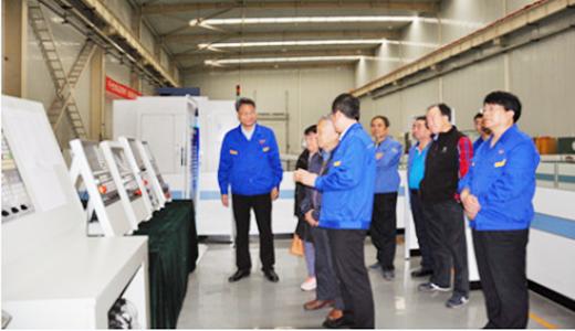 原机械工业部副部长贾成炳一行前往宝鸡机床参观